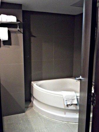 Bangkok City Hotel : Bathroom with bathtub