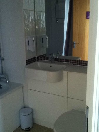 Premier Inn London Putney Bridge Hotel: spotless bathroom