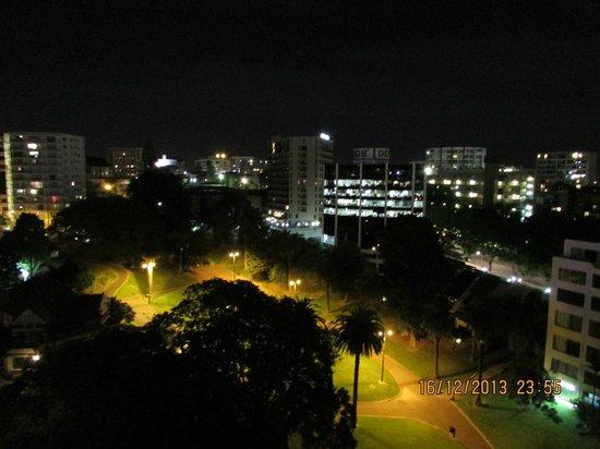 Quest Auckland Serviced Apartments: View from room balcony on the night park