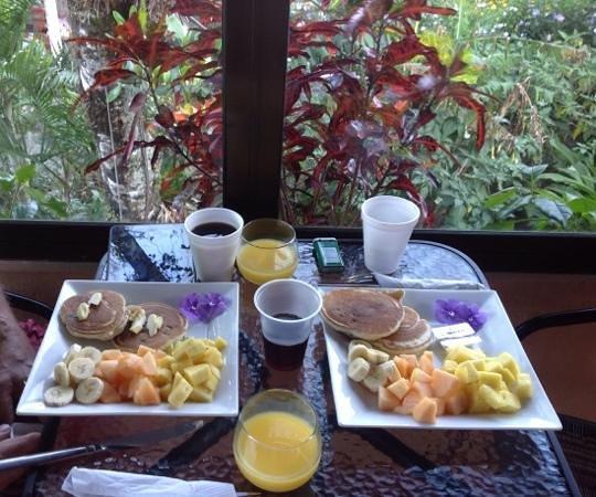 The Inn at Palo Alto: Delightful breakfast on the patio