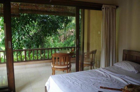Jati 3 Bungalows: Balkon eines Familienzimmers
