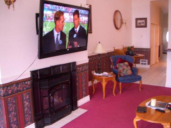 Judith Ann Inn: Huge TV and fireplace