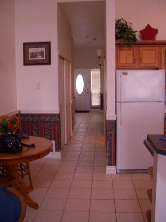 Judith Ann Inn: Hallway to bedroom and bathroom