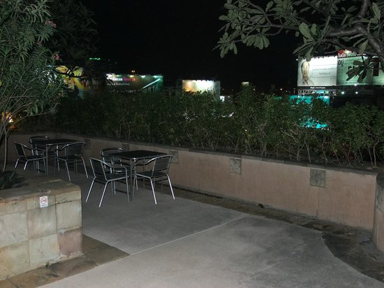Century Park Hotel: Rather neglected pool area