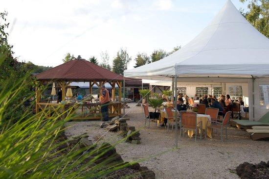 Landhaus Sonnenhof: Außenanlage mit Grillplatz