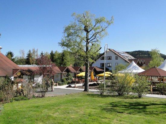 Landhaus Sonnenhof: Außenanlage mit Blick zum Haupthaus
