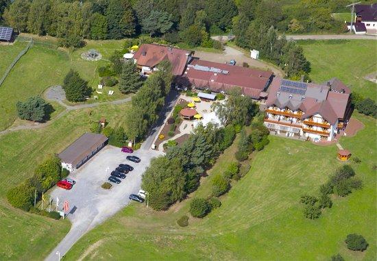 Landhaus Sonnenhof: Luftansicht der Hotelanlage mit großem Parkplatz