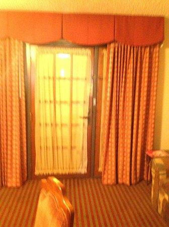 MCM Elegante Suites: front door