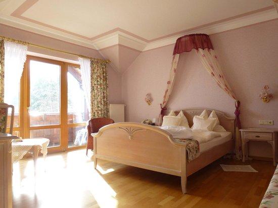 Landhaus Sonnenhof: Gemütliches Zimmer mit Kuschelbett