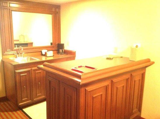 MCM Elegante Suites: Bar/Kitchen area in living space