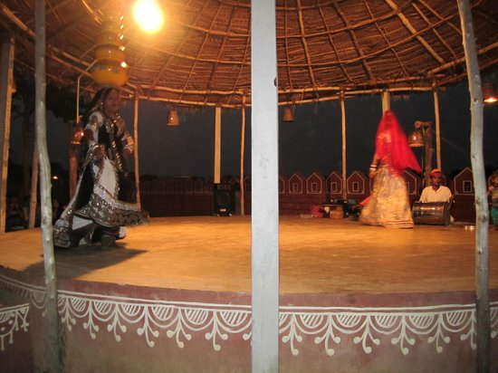 Chokhi Dhani: small dance by rajasthani folks