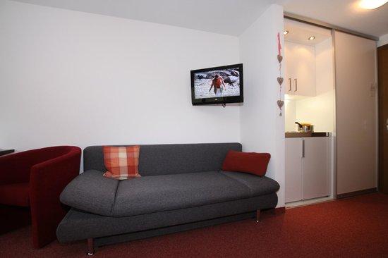Hotel Garni Tirol: Couch mit Kochnische