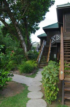 Acajou Beach Resort: тыльная сторона бунгало с лесенками для входа вномера