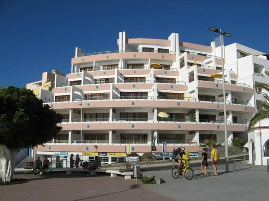 Apartamentos Playa Delphin: Outside view, floors 0 to 5, all apartments face this side