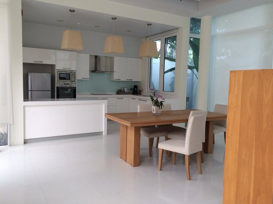 Grand West Sands Resort & Villas Phuket: La cucina della villa