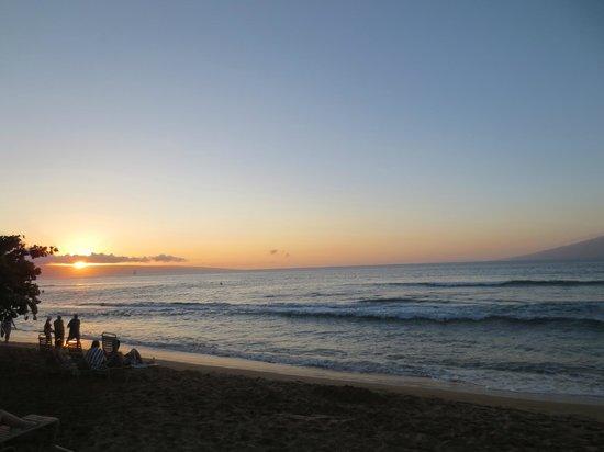Aston Kaanapali Shores: beautiful sunset at the beach fronting hotel