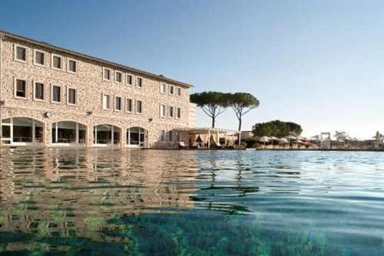 Terme di Saturnia Spa & Golf Resort: The hotel overlooking the Thermal Spring