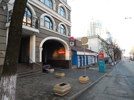ibis Kiev City Center : Со стороны ул. Шевченко