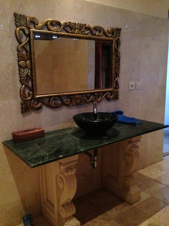 Permana Cottages: Traditional Balinese bathroom