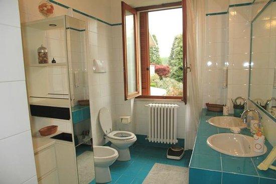 B&B Casa Scalera: Bagno attiguo camere Tulipano e Ibisco