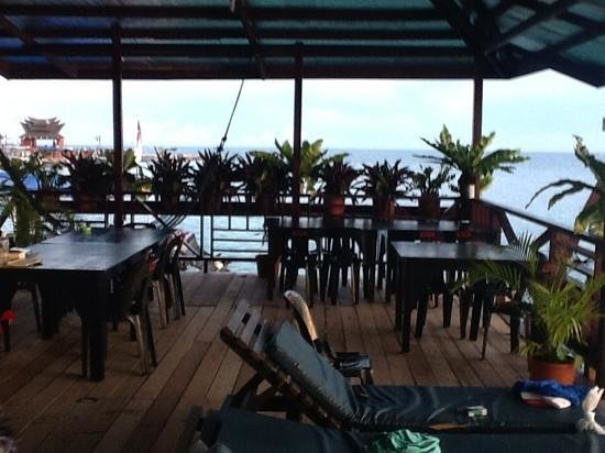 Mabul Backpackers: deck was expanded