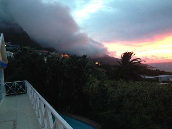 Cape Rose Cottage : Sunset and cloud view of mountains from balcony