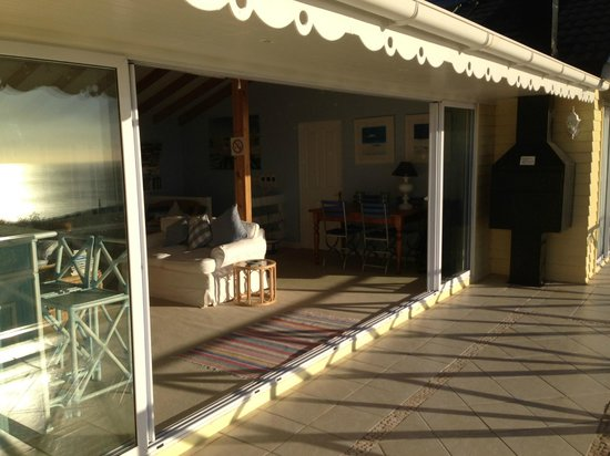 Cape Rose Cottage : Lounge next door with bar!