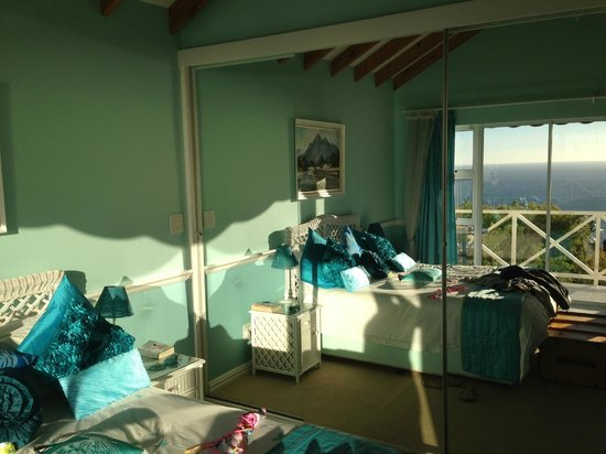 Cape Rose Cottage: Room mirror view of view