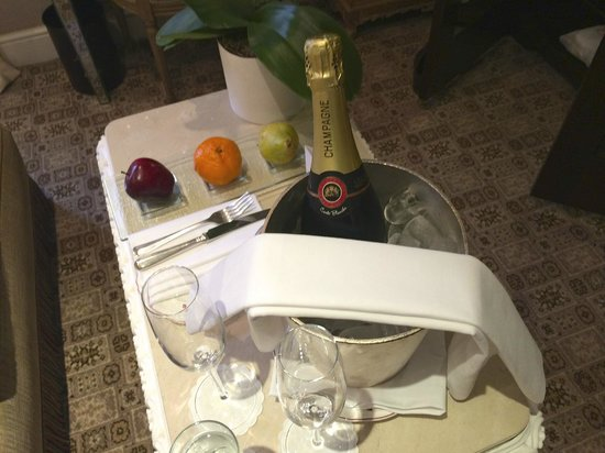 Egerton House Hotel: Nice bottle of champers on arrival