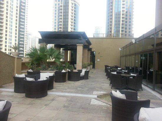 Sofitel Dubai Jumeirah Beach : Pool und Außenrestaurantbereich