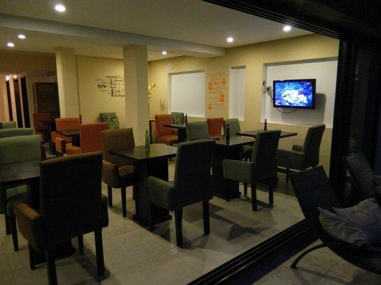 Hotel Walkirias Suites & Spa : Desayunador con vista hacia la pileta