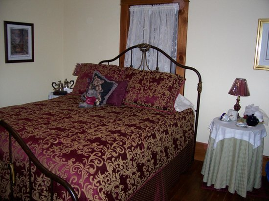 Old Country Roses Bed and Breakfast: Paris Room bed