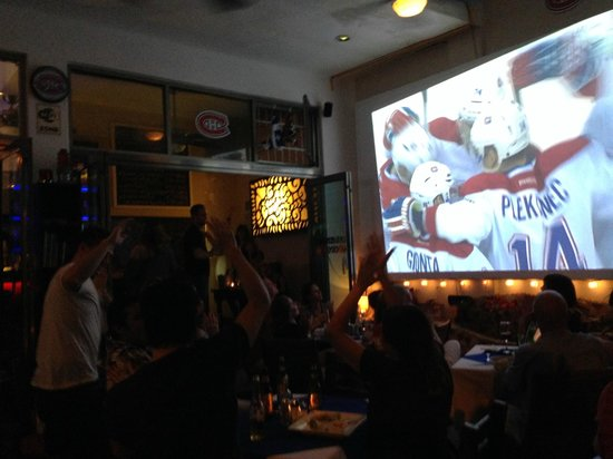 Los Tabernacos Sports Bar and Lounge: SCOOOOOORE!