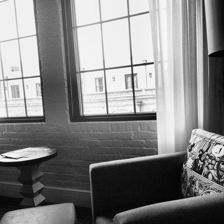 Renaissance New Orleans Arts Warehouse District Hotel : Exposed brick..I dig it!