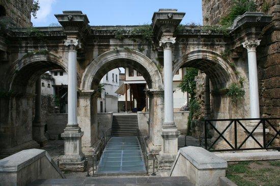 Alp Pasa Hotel: hadrian gate van nieuwe naar oude stad