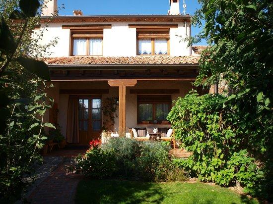 Fachada sur, porche y jardín