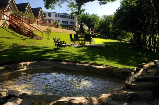 Inn on Barons Creek: Pond and Seating