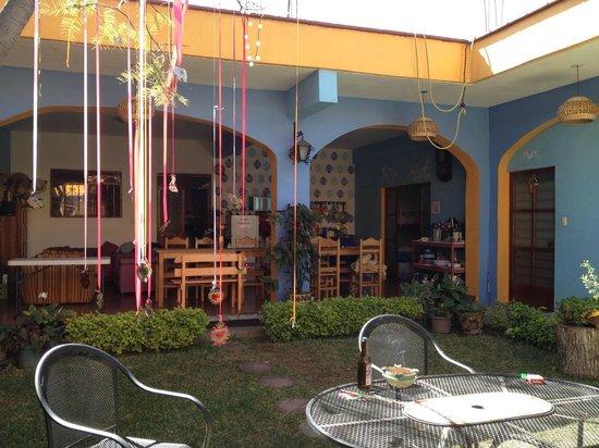 Azul Cielo Hostel: giardino e cucina