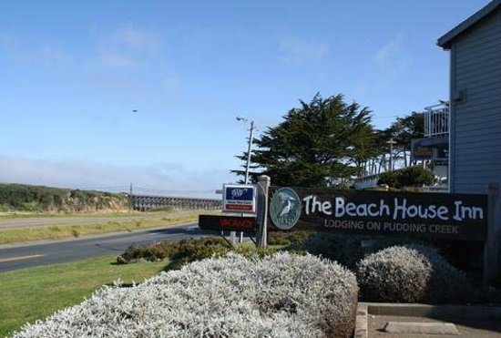 Beach House Inn: View of sign from Highway 1