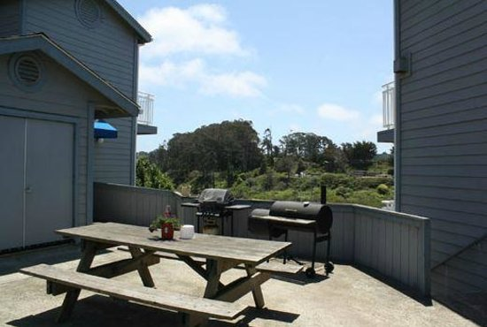 Beach House Inn: BBQ and picnic tables for guest use