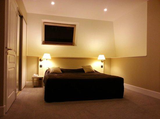 La Marjolaine : Lit king size de la chambre 31