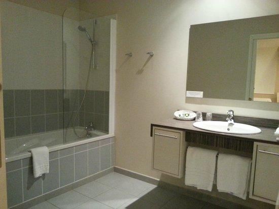 La Marjolaine : Vaste salle de bains de la chambre 31