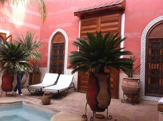 Riad Alili: Porte d'entrée d'une suite donnant sur la piscine