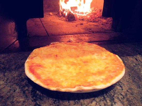 Hostaria-Pizzeria da Cesare: Pizza margherita cotta nel forno a legna