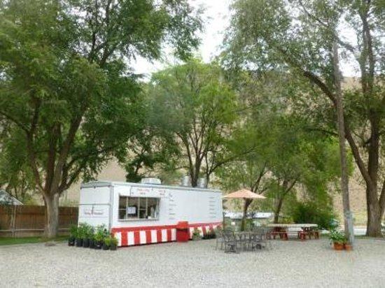 Big Iron Motel : Outdoor Dining & Room Service