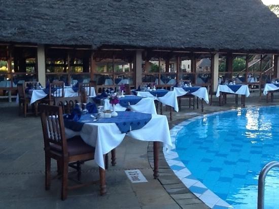Neptune Pwani Beach Resort & Spa : buiten dineren