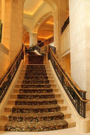 JW Marriott Orlando, Grande Lakes: Foyer staircase to main level
