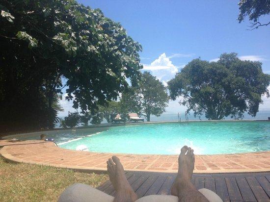 Puerto Valle - Hotel de Esteros: Relax en la pileta. De fondo, el río Paraná