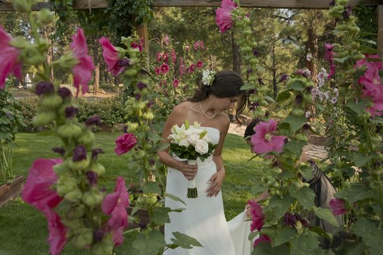 Canyon Crest Lodge: Beautiful Gardens for a Beautiful Bride