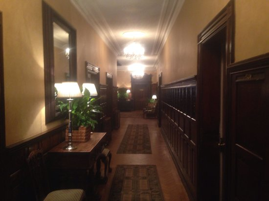 Rowton Hall Hotel: Beautiful hall way
